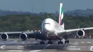 Airbus A380 landet in Düsseldorf