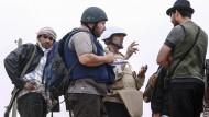 Der amerikanische Journalist Steven Sotloff (in der Mitte mit schwarzem Helm) ist von den IS-Extremisten getötet worden (Bild vom 2. Juni 2011 im libyschen Misrata)