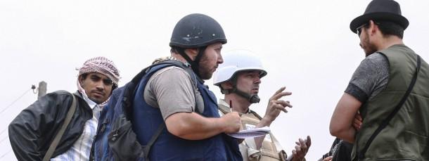 Der amerikanische Journalist Steven Sotloff (in der Mitte mit schwarzem Helm) soll von den IS-Extremisten getötet worden sein. Dieses Bild stammt vom 2. Juni 2011 im libyschen Misrata.