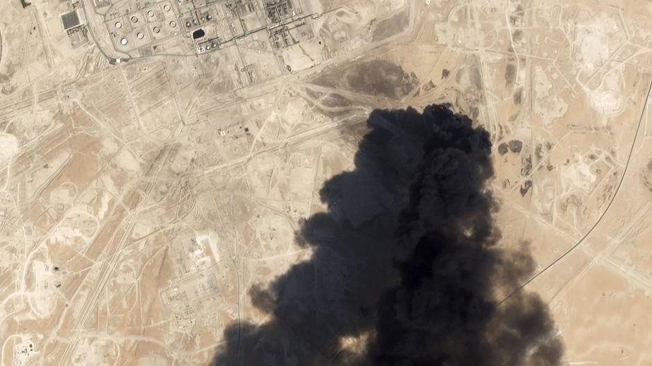 Angriff auf Saudi-Arabien: Ein Satellitenbild zeigt die Folgen des Drohnenschlags gegen eine Raffinerie.