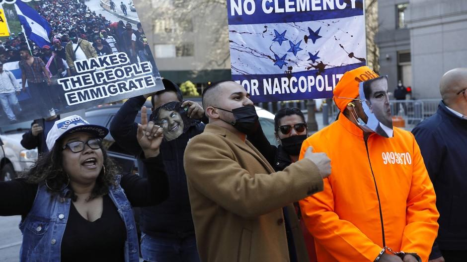 Kritiker der Regierung von Honduras demonstrieren vergangenen Dienstag in New York vor dem Gerichtsgebäude.