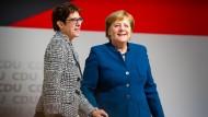 Annegret Kramp-Karrenbauer nach ihrer Wahl zur Parteivorsitzenden zusammen mit Angela Merkel
