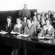 Um 1930: Blick in ein Klassenzimmer einer Mädchenschule.