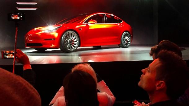 Tesla feiert und der Aktienkurs steigt
