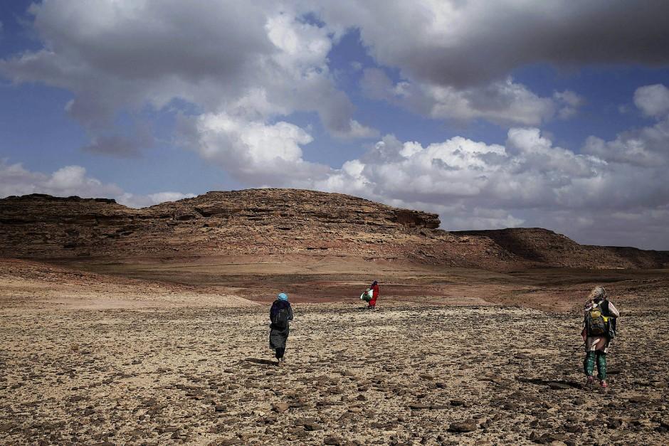 Umm Yassar (Mitte) führt zwei Touristinnen durch die Berge des südlichen Teils der Halbinsel. Es ist ihr nur erlaubt Frauen zu führen und sie muss nachts wieder bei ihrem Stamm sein.