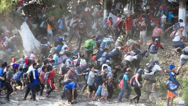 Sicherheitskräfte drängen hunderte Flüchtlinge zurück