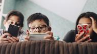 Gefährliche Verbindung? Schulkinder am Smartphone