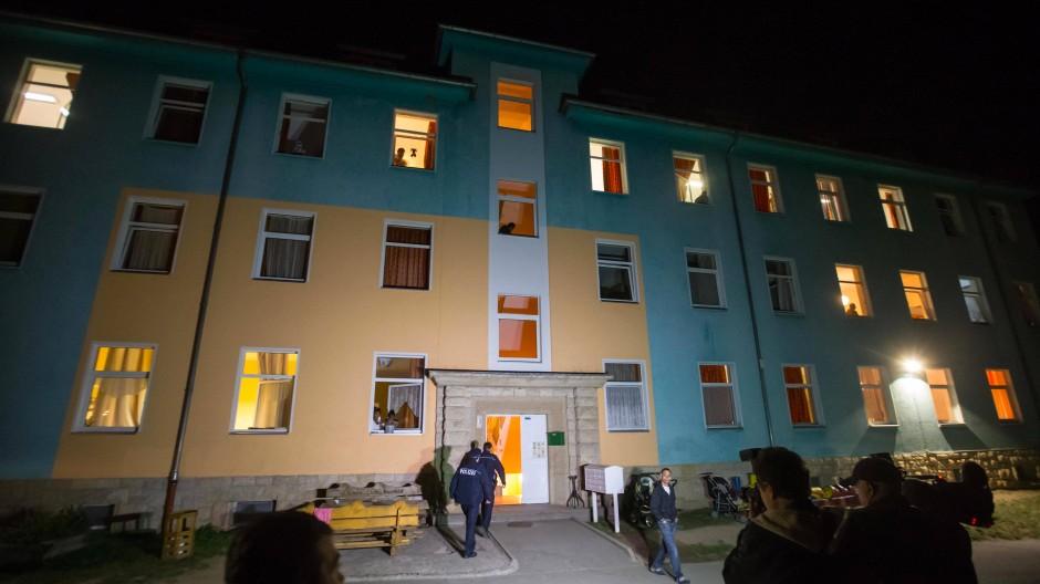 Polizisten betreten die Flüchtlingsunterkunft in Saalfeld