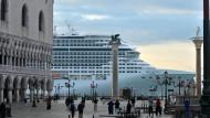 """Der Luxus-Liner """"MSC Divina"""" fährt am Markusplatz in Venedig vorbei."""