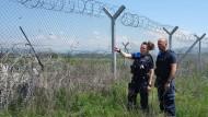 Die nordrhein-westfälischen Polizisten Muna Mougawaz und Alexander Rankovic sind im Einsatz für die EU-Grenzschutzorganisation Frontex.