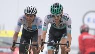 Der Deutsche Emanuel Buchmann (rechts) vom Team Bora-Hansgrohe fährt vor dem Kolumbianer Egan Bernal vom Team Ineos über die Ziellinie.