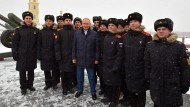Der Präsident bei seinen Soldaten: Putin mit Kadetten in Sankt Petersburg