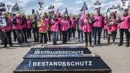 """Schon im April 2017 setzen sich Demonstranten gegen die """"Doppelverbeitragung"""" in Berlin zur Wehr."""