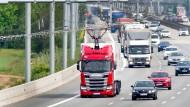 Fast wie die Bahn: Lastwagen mit Stromabnehmer auf der A5 bei Darmstadt.