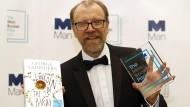 """George Saunders mit seinem Buch """"Lincoln in the Bardo"""" und dem Man-Booker-Preis 2017."""