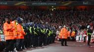 Mit einer Stunde Verspätung musste die Partie Arsenal gegen Köln angepfiffen werden, da zu viele Köln Fans zum Stadion gereist sind.