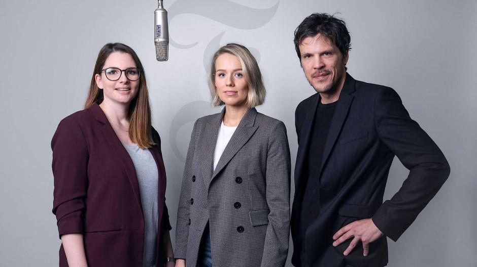 Die F.A.Z.-Podcast-Hosts: Tami Maximiliane Holderried (Mitte), Sandra Klüber und Andreas Krobok.
