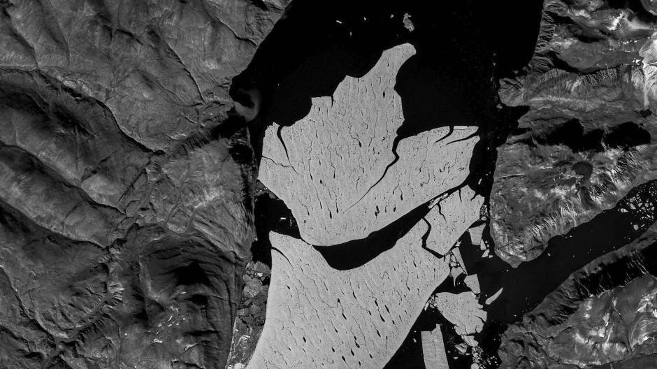 Gletscherabbruch am 79N im Nordosten von Grönland: Das Eis erwärmt sich von unten wie von oben.