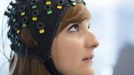 """Diese intelligente Kopfhaube hat gelähmten Patienten ermöglicht, auf Fragen mit """"Ja"""" und """"Nein"""" zu antworten."""