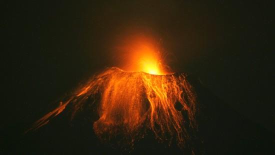 Vulkan Tungurahua speit Gestein und Asche