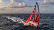 Obwohl die Dongfeng noch keine Etappe für sich entscheiden konnte, führt die Crew von Skipper Charles Caudrelier das Gesamtklassement an.