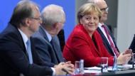 Geschafft: den Länderfinanzausgleich soll es in alter Form nicht mehr geben (Reiner Haseloff, Wolfgang Schäuble, Angela Merkel und Erwin Sellering am Freitag im Bundeskanzleramt in Berlin).