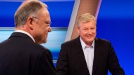 Niedersachsens Ministerpräsident Stephan Weil (l, SPD) und CDU-Spitzenkandidat Bernd Althusmann