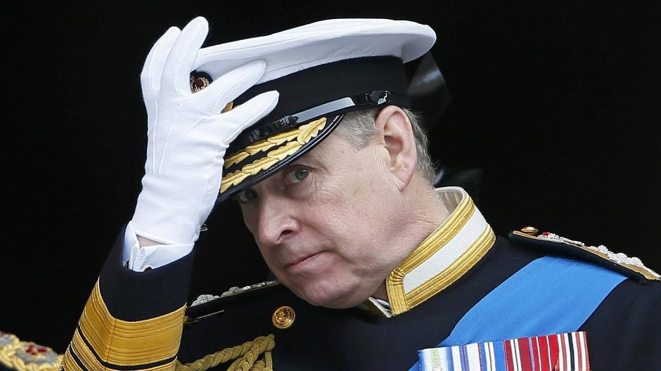 Prinz Andrew tritt von allen seinen Ämter zurück. Sein Versuch sich zu retten, gelang mit einem missglückten Interview nicht.