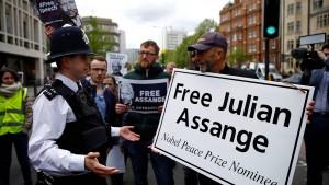 """""""Hände weg von Assange"""""""