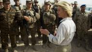 Verteidigungsministerin von der Leyen bei ihren vorherigen Truppenbesuch in Masar-i-Scharif im Juli 2014.