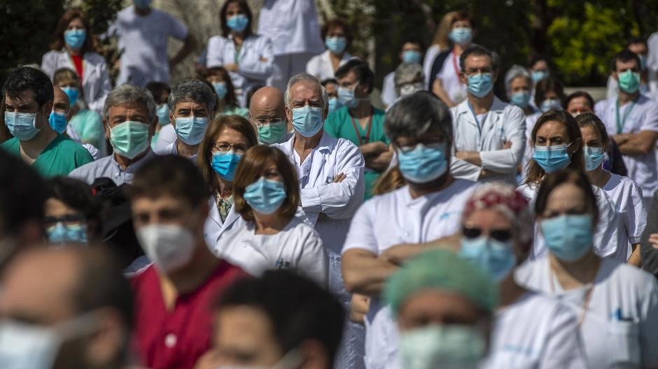 Mitarbeiter eines Krankenhauses in Madrid halten im April eine Schweigeminute nach dem Tod des Chefchirurgen der Klinik, der am Coronavirus starb.