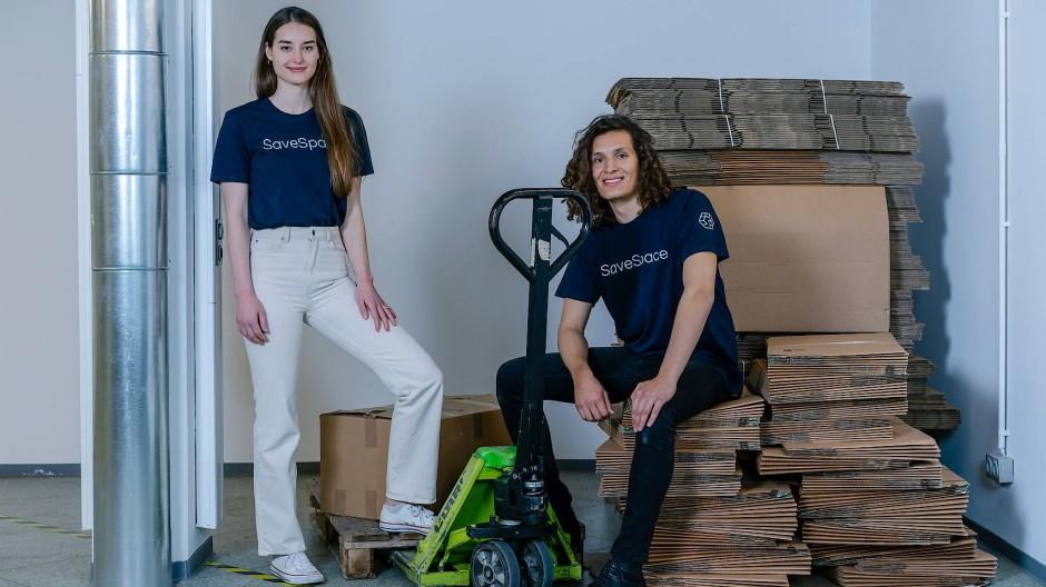 Platzsparer: Charlotte Schmidt und Kelven Kassis helfen Studenten.