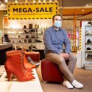 Auf Arbeitssuche: Verkäufer Dominik Kossack im Schuhgeschäft in Frankfurt
