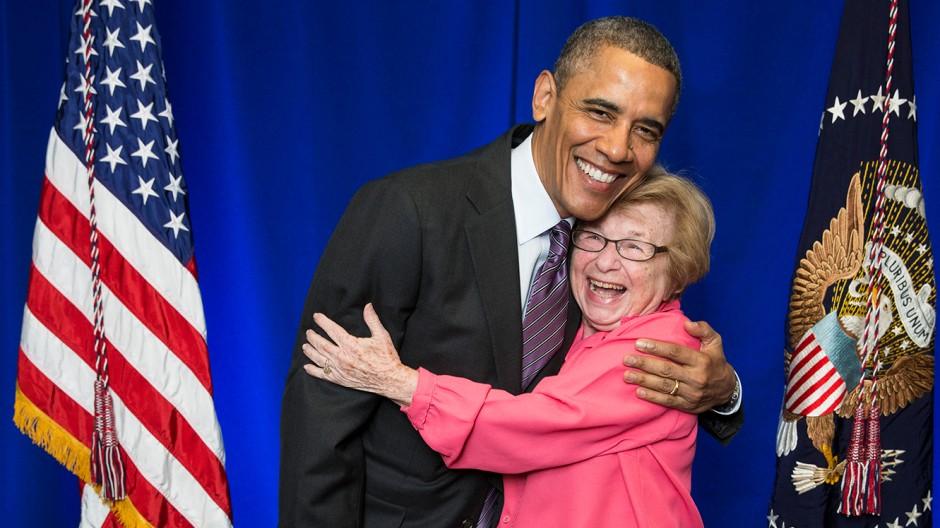 Eine von sechshundert: Auch das Schicksal von Dr. Ruth Westheimer, hier mit Barack Obama, wird in der Ausstellung beleuchtet.