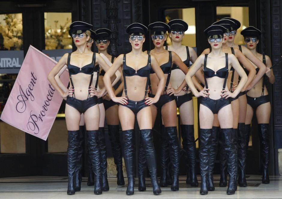 Vor jedem Rendezvous kauft die Juristin ein Ensemble bei Agent Provocateur – hier präsentieren Models eine Kollektion der Luxusmarke von 2009.