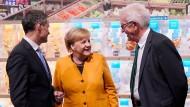 """Bundeskanzlerin Angela Merkel mit Bernd Welz (links), Vorstand der """"Klimastiftung für Bürger"""", und dem baden-württembergischen Ministerpräsidenten Winfried Kretschmann"""
