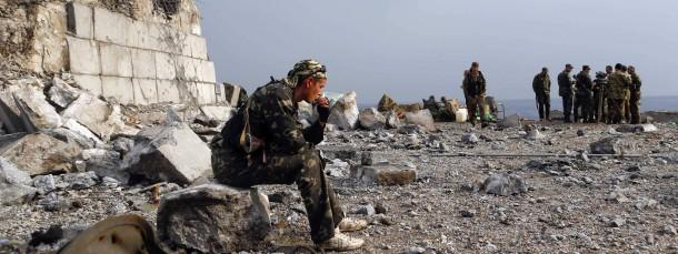 Prorussische Separatisten an einem zerstörten Kriegerdenkmal auf dem Hügel von Savur-Mogila, östlich der Stadt Donezk in der Ostukraine