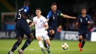 Englands Phil Foden im Zweikampf mit Frankreichs Kapitän Lucas Tousart