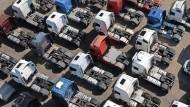 Abgestellt: Fahrerhäuser von Schwerlastkraftwagen auf einem Parkplatz in Dover.
