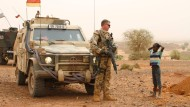 Deutscher Soldat bei Patrouille im Norden Malis