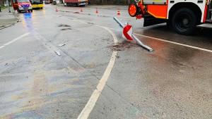 200 Liter Öl bringt Fahrzeuge ins Schlingern