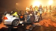 Vier Autos sind ineinander gefahren. Für drei Insassen kam jede Hilfe zu spät.