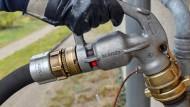 Ein Mehrfamilienhaus wird mit Öl betankt – gibt es bald Verbote für die Heizungen?