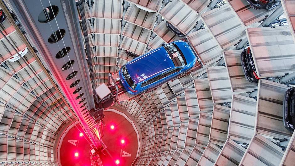 Ein Blick in den Autoturm in der Autostadt in Wolfsburg