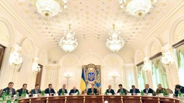 Petro Poroschenko im Kreis des ukrainischen Sicherheitsrats in Kiew