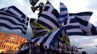 Griechenlands Flagge vor dem Parlament in Athen