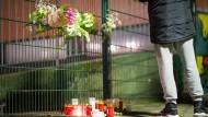 Vor der Käthe-Kollwitz-Gesamtschule in Lünen haben Trauernde am Kerzen abgestellt und Blumensträuße an den Zaun gehängt.