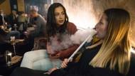 """Von wegen Männercafé: Larissa (links) und Ana Maria in der Shisha-Bar """"Shishantash"""" in Frankfurt"""