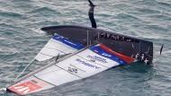 """Auf der Seite: Die """"Patriot""""-Yacht vom Team American Magic kentert kurz vor Schluss."""