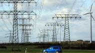 Welt am Draht: Irgendwie muss die Energie vom Windrad zur Steckdose der Kunden gebracht werden - dazu braucht es Leitungen und Strommasten.